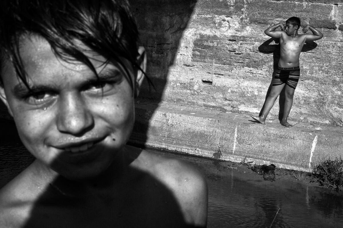 Pehlivanköy yakınlarında çocuklar nehir kenarında eğleniyorlar.